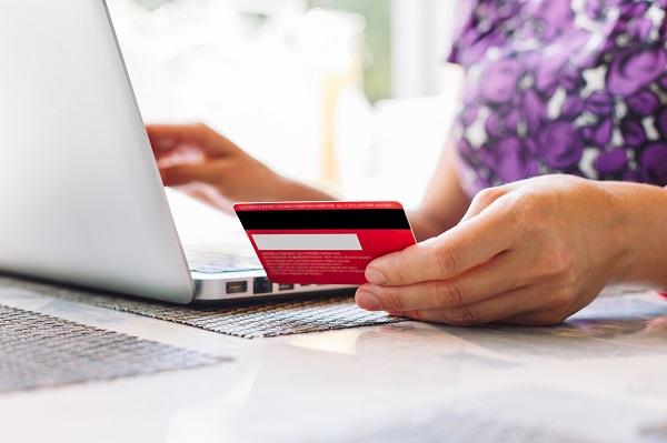 Cartão de crédito pessoal para viagem corporativa tem reembolso?