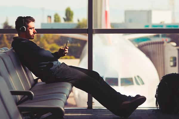 O que os viajantes mais acessam durante a conexão no aeroporto?